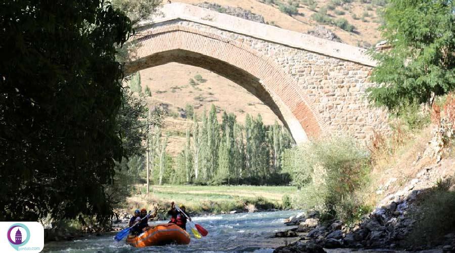 قایق سواری در رودخانه
