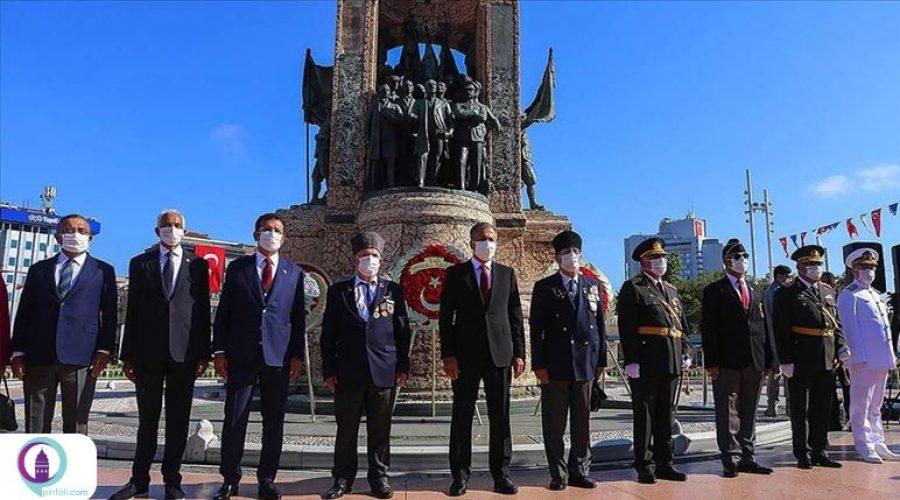 گرامیداشت عید پیروزی در میدان تکسیم استانبول