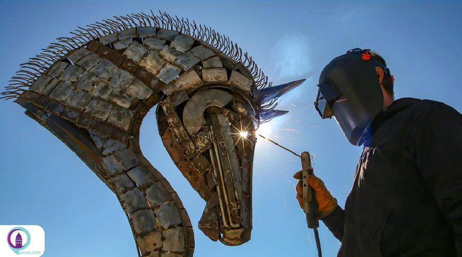 هنرمند ایرانی در وان ترکیه از فلزات بازیافتی مجسمه های دیدنی درست می کند