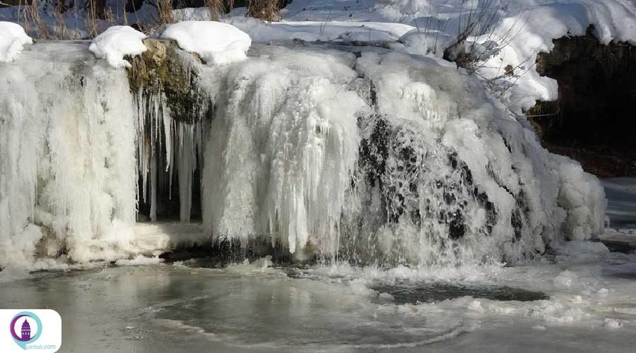 منظره بیبدیل آبشار یخی مرادیه در ترکیه