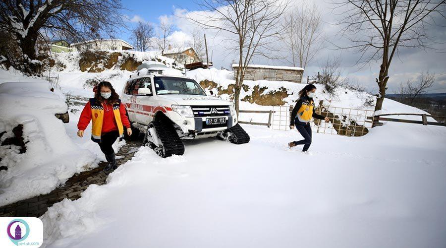 تلاش کادر درمان در روزهای برفی